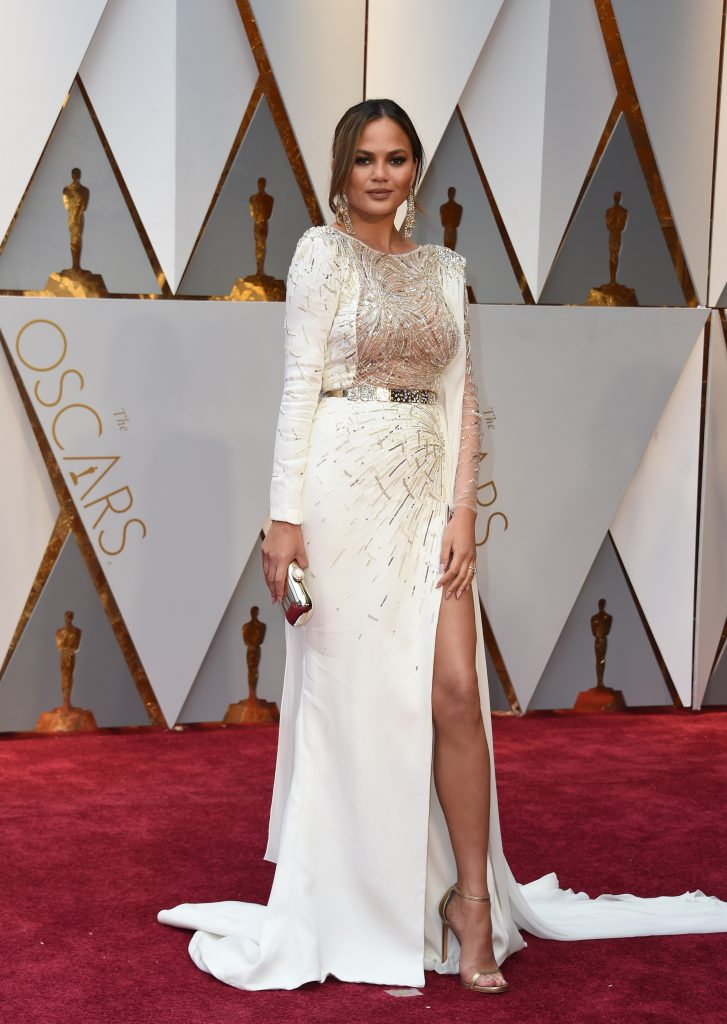 2017-oscars-red-carpet-chrissy-teigen-oscardelarenta