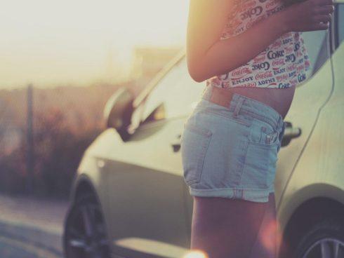 mujer carro